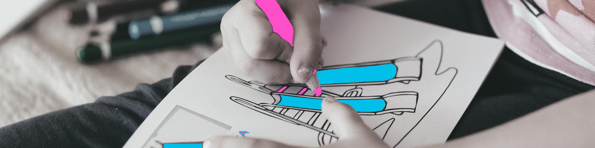 Enfant coloriant un toboggan