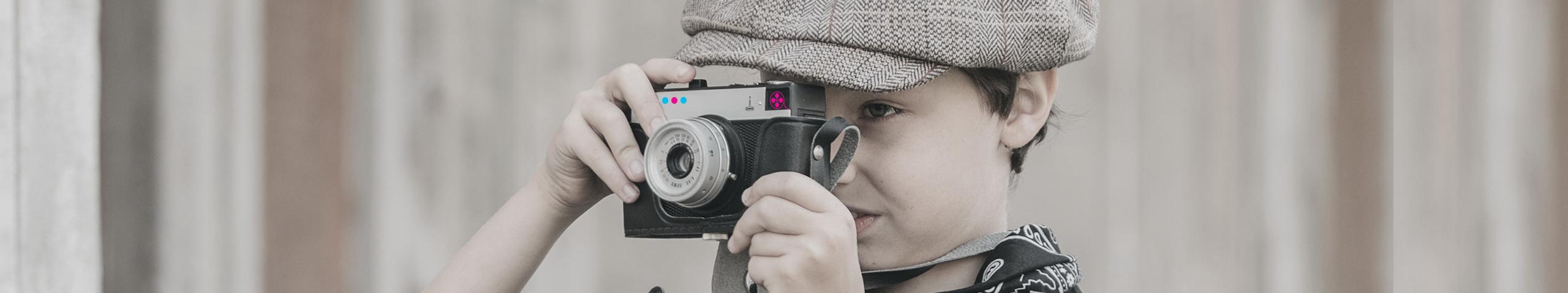 Enfant qui prend une photo